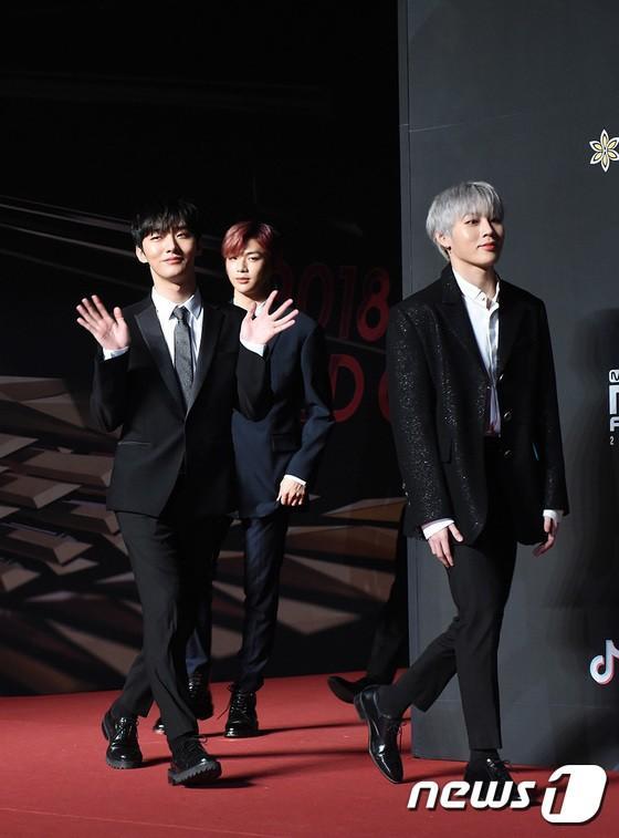 Song Joong Ki - Ahn Jae Hyun cùng BTS và Wanna One đổ bộ thảm đỏ MAMA 2018-24