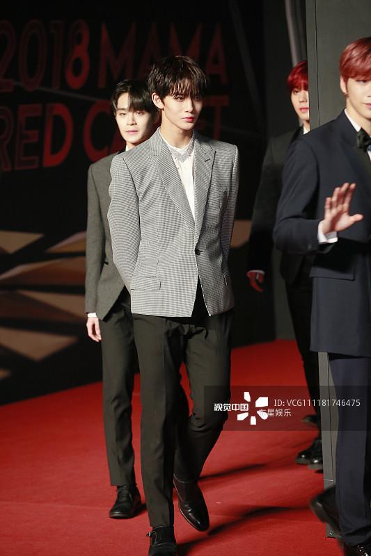 Song Joong Ki - Ahn Jae Hyun cùng BTS và Wanna One đổ bộ thảm đỏ MAMA 2018-27