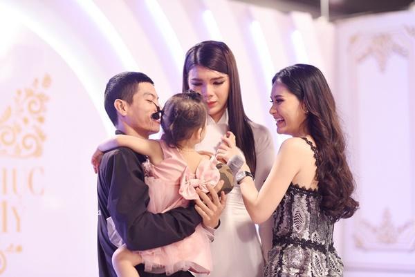 Thí sinh chuyển giới ôm con, mang chồng lên sân khấu khiến Hương Giang tròn mắt ngưỡng mộ-3