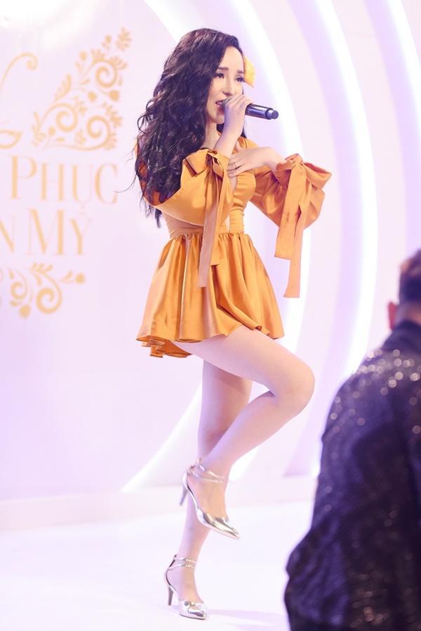 Thí sinh chuyển giới ôm con, mang chồng lên sân khấu khiến Hương Giang tròn mắt ngưỡng mộ-7