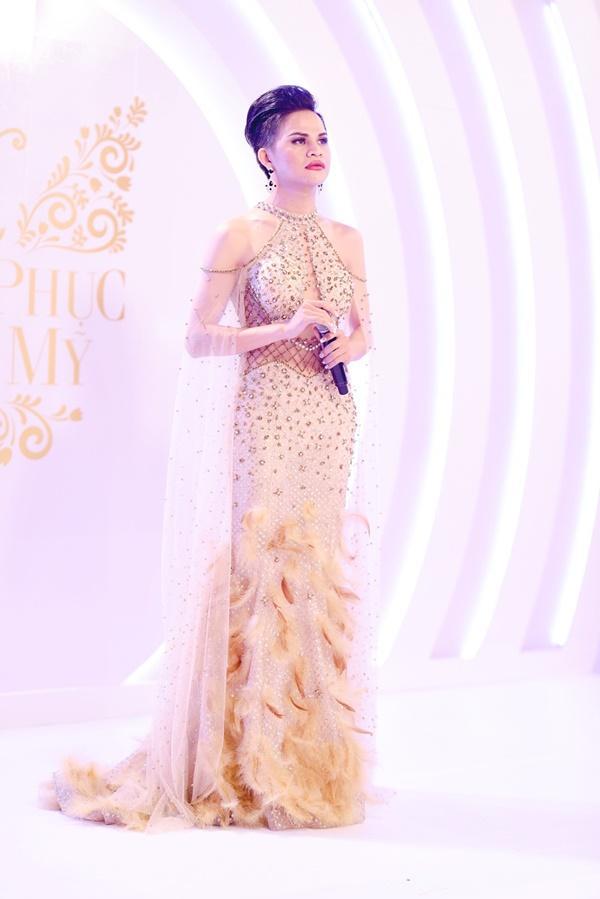 Thí sinh chuyển giới ôm con, mang chồng lên sân khấu khiến Hương Giang tròn mắt ngưỡng mộ-11