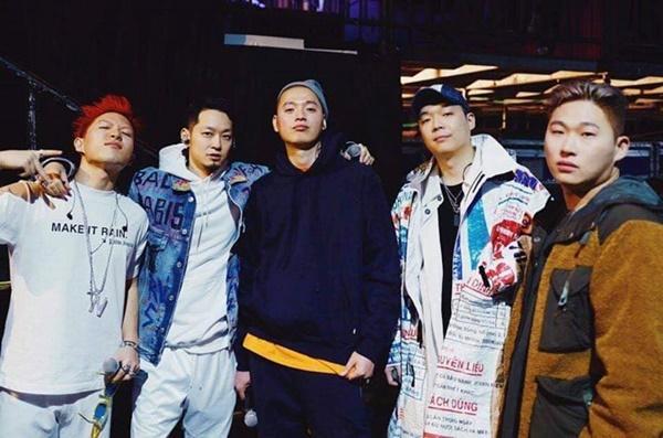 Rapper Hàn diện áo khoác in hình bao bì cám con cò Việt Nam-1