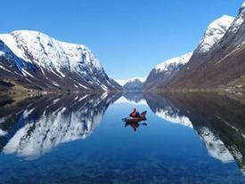 Ngắm nhìn cảnh núi non xanh ngát ở Na Uy bằng thuyền kayak