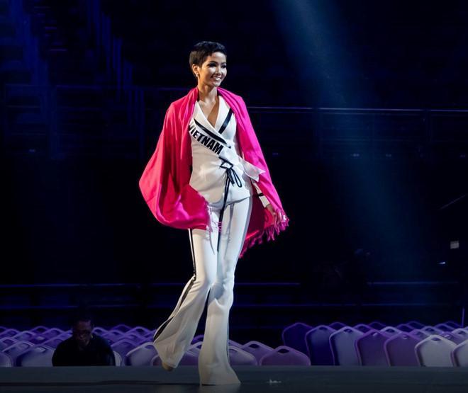 HHen Niê lọt vào mắt xanh của một loạt cựu Hoa hậu Hoàn vũ trước thềm chung kết Miss Universe 2018-10