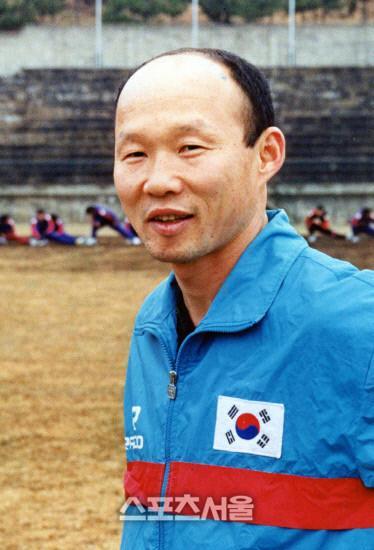 Trong khi Mỹ Đình nóng như chảo lửa, HLV Park Hang Seo bị báo Hàn khui ảnh thời trẻ cực hot-3