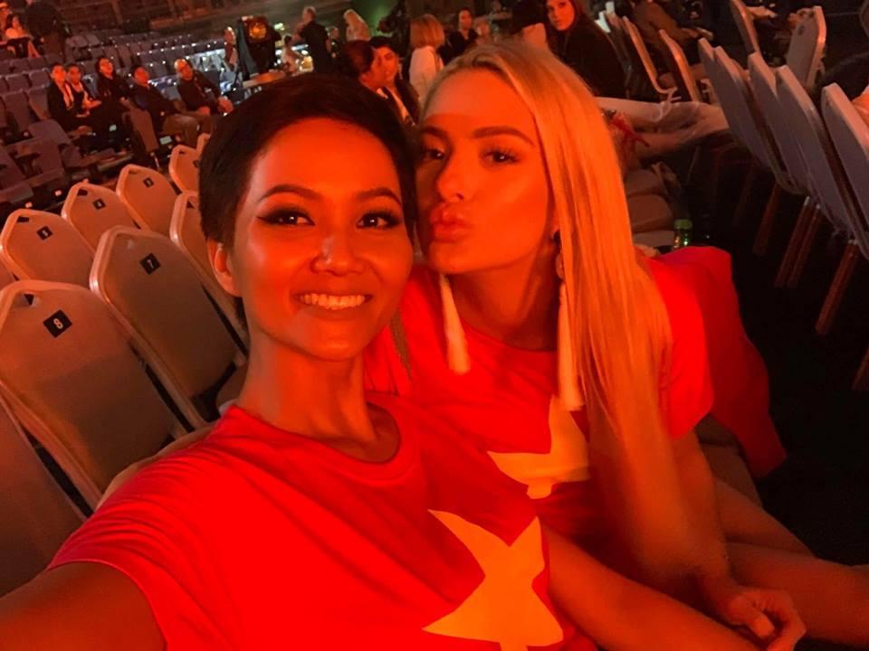 Đang bận tổng duyệt Miss Universe, HHen Niê vẫn rủ hoa hậu Mỹ mặc áo cờ đỏ sao vàng cổ vũ tuyển Việt Nam-1