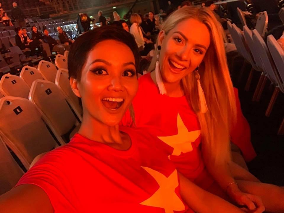 Đang bận tổng duyệt Miss Universe, HHen Niê vẫn rủ hoa hậu Mỹ mặc áo cờ đỏ sao vàng cổ vũ tuyển Việt Nam-2
