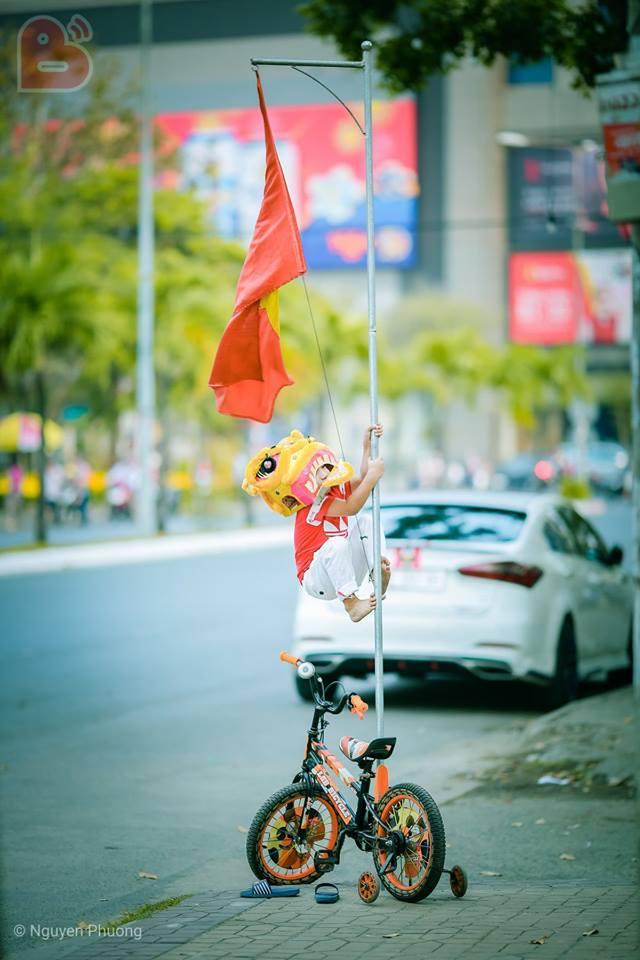 Bóng chưa lăn cổ động viên Malaysia đã đại náo đường phố, khán giả Việt nói gì?-6