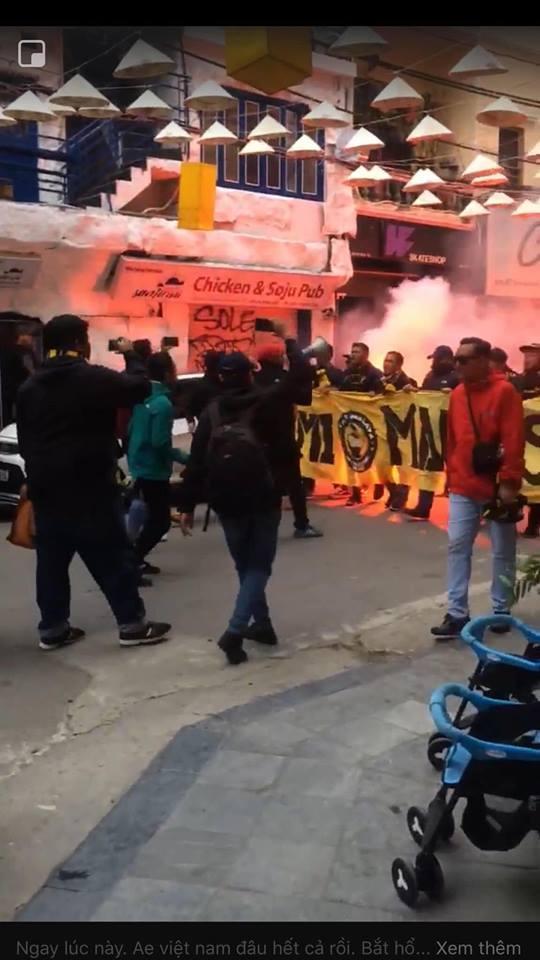 Bóng chưa lăn cổ động viên Malaysia đã đại náo đường phố, khán giả Việt nói gì?-9