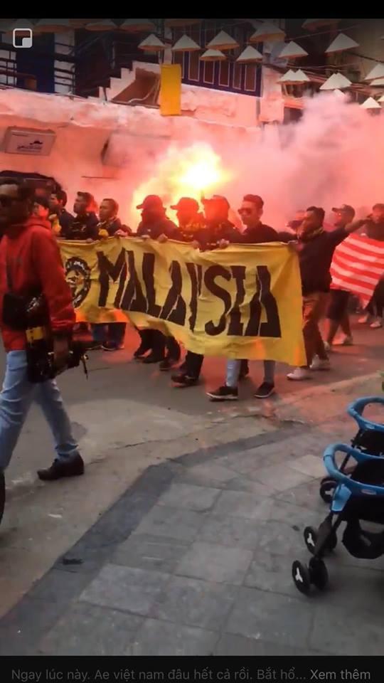 Bóng chưa lăn cổ động viên Malaysia đã đại náo đường phố, khán giả Việt nói gì?-10