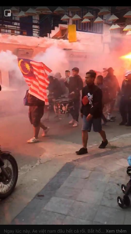 Bóng chưa lăn cổ động viên Malaysia đã đại náo đường phố, khán giả Việt nói gì?-11