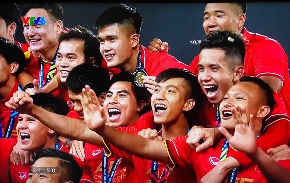 Dàn sao Việt gào nổ mạng xã hội, tưng bừng đi bão ăn mừng tuyển Việt Nam vô địch AFF Cup 2018-2