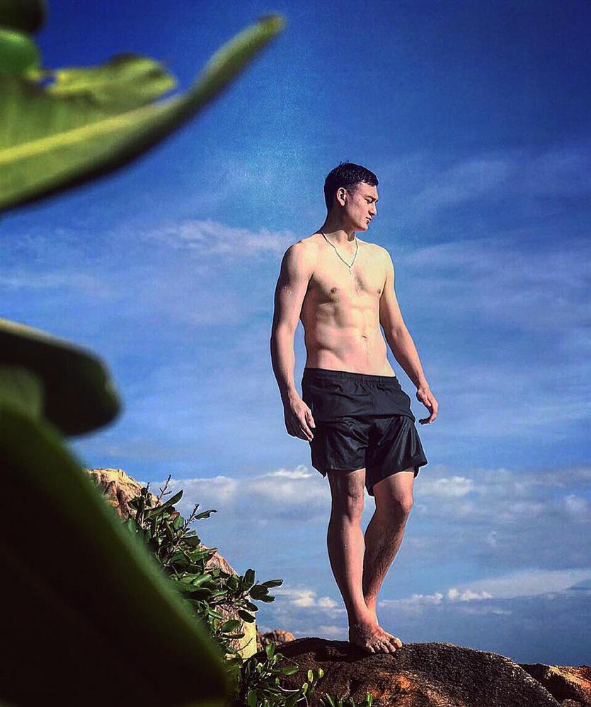Không chỉ đẳng cấp trên sân cỏ, thủ môn Văn Lâm còn chuốc mê chị em nhờ body cực phẩm và style soái ca-7