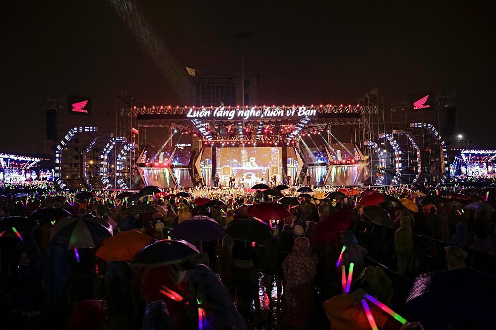 Dàn sao khủng bùng cháy cùng hàng chục ngàn khán giả Đà Nẵng bất chấp trời mưa-1