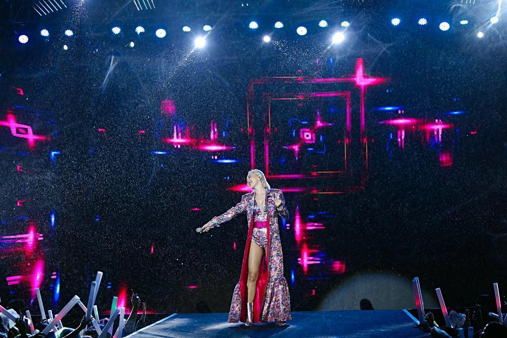 Dàn sao khủng bùng cháy cùng hàng chục ngàn khán giả Đà Nẵng bất chấp trời mưa-2