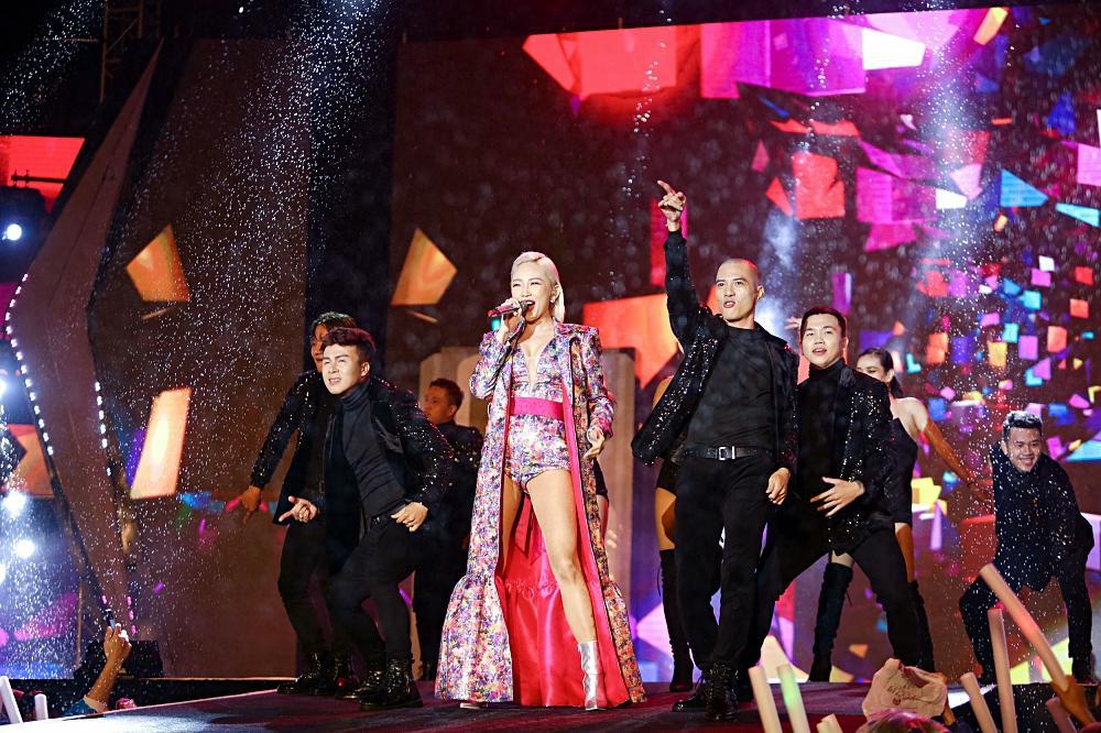 Dàn sao khủng bùng cháy cùng hàng chục ngàn khán giả Đà Nẵng bất chấp trời mưa-3