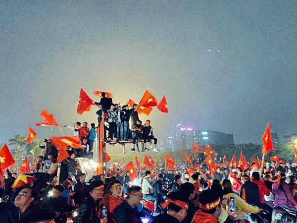 Việt Nam vô địch: Muôn kiểu đi bão hài hước đốn tim người hâm mộ-1
