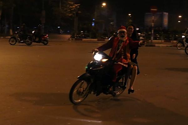 Việt Nam vô địch: Muôn kiểu đi bão hài hước đốn tim người hâm mộ-13