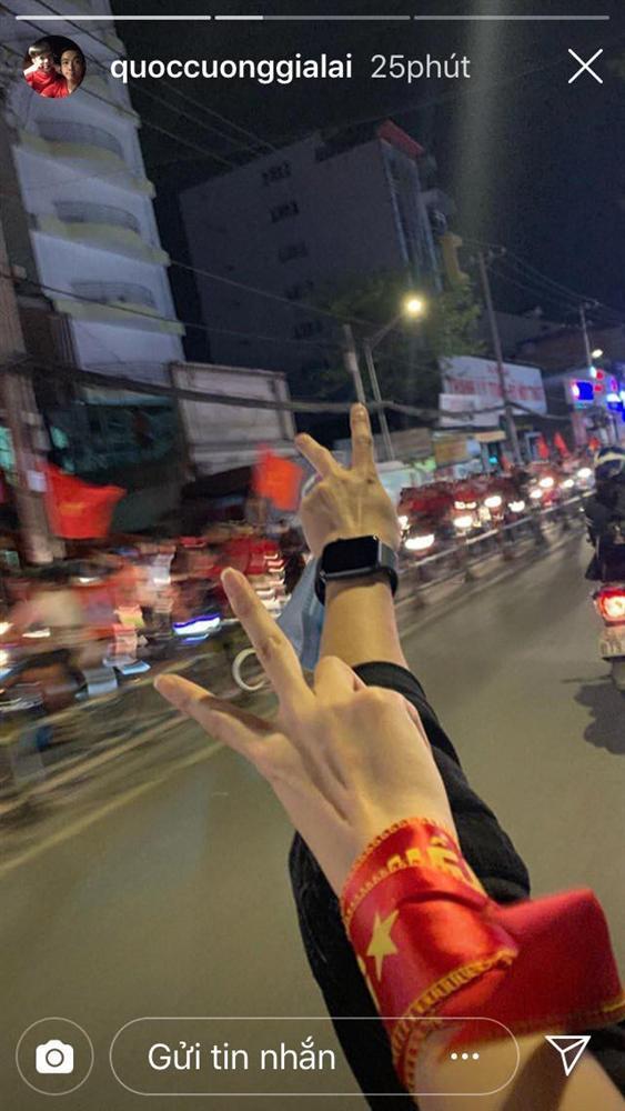 Đi bão độc đáo như sao Việt: Đại gia chở bạn gái bằng xe máy, mỹ nữ được trai lạ bế bổng giữa phố đông-3