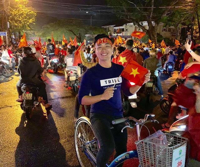 Đi bão độc đáo như sao Việt: Đại gia chở bạn gái bằng xe máy, mỹ nữ được trai lạ bế bổng giữa phố đông-7