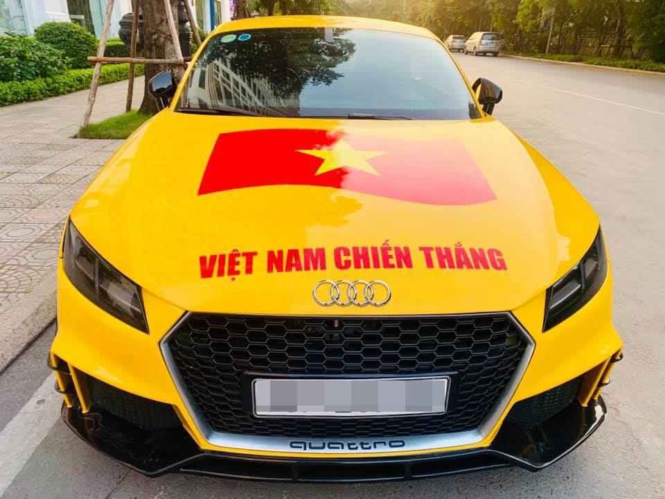 Đi bão độc đáo như sao Việt: Đại gia chở bạn gái bằng xe máy, mỹ nữ được trai lạ bế bổng giữa phố đông-12