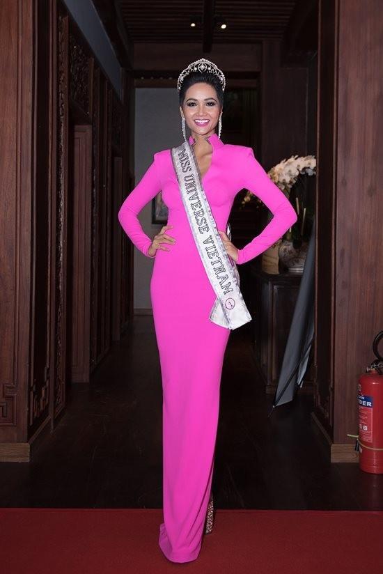 Thân thiết như Hoa hậu Hàn Quốc và HHen Niê ở Miss Universe: cùng phòng, dép tổ ong đôi và mặc chung váy?-5