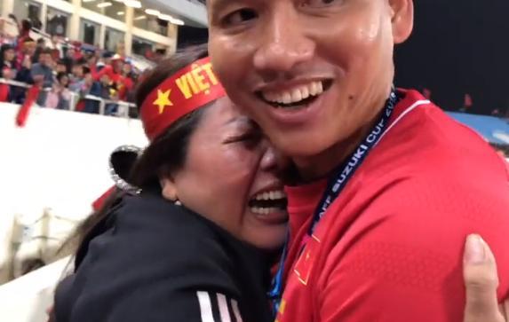 Clip KHÔNG LÊN SÓNG: Anh Đức ngơ ngác tìm mẹ như đứa trẻ lên 3 sau bàn thắng vàng mang vinh quang cho tuyển Việt Nam-1