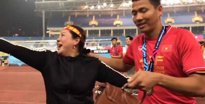 Clip KHÔNG LÊN SÓNG: Anh Đức ngơ ngác tìm mẹ như đứa trẻ lên 3 sau bàn thắng vàng mang vinh quang cho tuyển Việt Nam-2