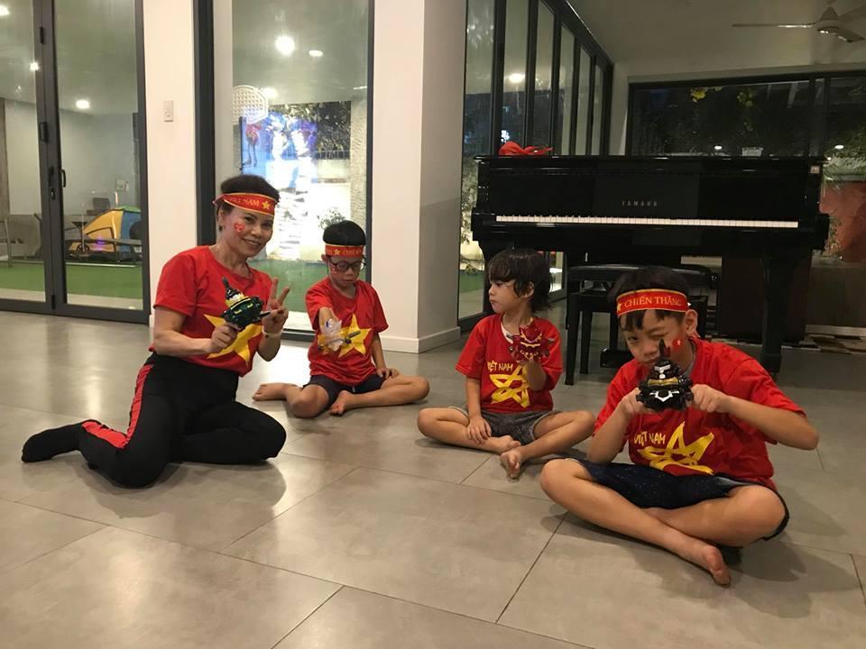 Kim Lý cùng gia đình Hồ Ngọc Hà ăn mừng đội tuyển Việt Nam vô địch trong biệt thự triệu đô-11