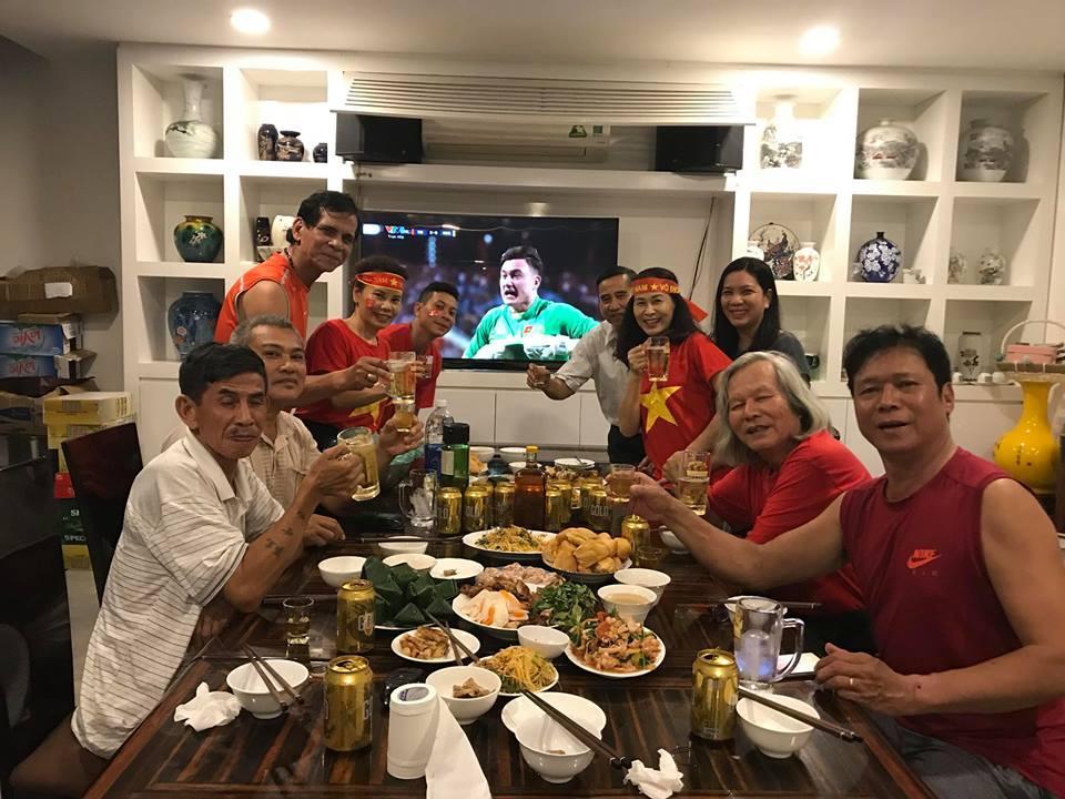 Kim Lý cùng gia đình Hồ Ngọc Hà ăn mừng đội tuyển Việt Nam vô địch trong biệt thự triệu đô-7