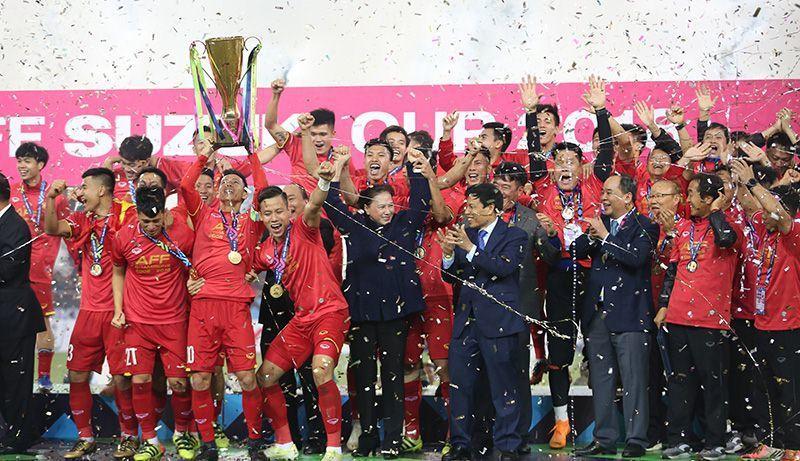 Kim Lý cùng gia đình Hồ Ngọc Hà ăn mừng đội tuyển Việt Nam vô địch trong biệt thự triệu đô-1