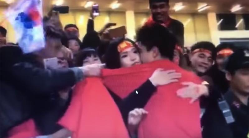 Mặc kệ thần tượng đang tay trong tay đi xem phim với bạn gái, fans vẫn ùa đến xin chụp ảnh cùng Mạnh gắt-2