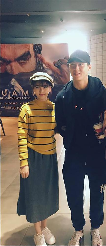 Mặc kệ thần tượng đang tay trong tay đi xem phim với bạn gái, fans vẫn ùa đến xin chụp ảnh cùng Mạnh gắt-4