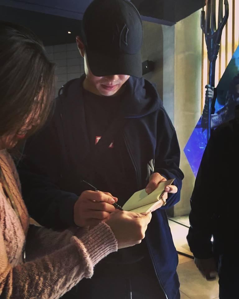 Mặc kệ thần tượng đang tay trong tay đi xem phim với bạn gái, fans vẫn ùa đến xin chụp ảnh cùng Mạnh gắt-5