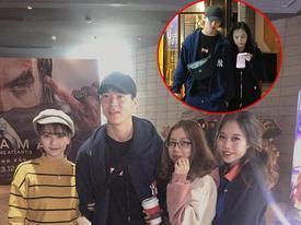 Mặc kệ thần tượng đang tay trong tay đi xem phim với bạn gái, fans vẫn ùa đến xin chụp ảnh cùng Mạnh 'gắt'