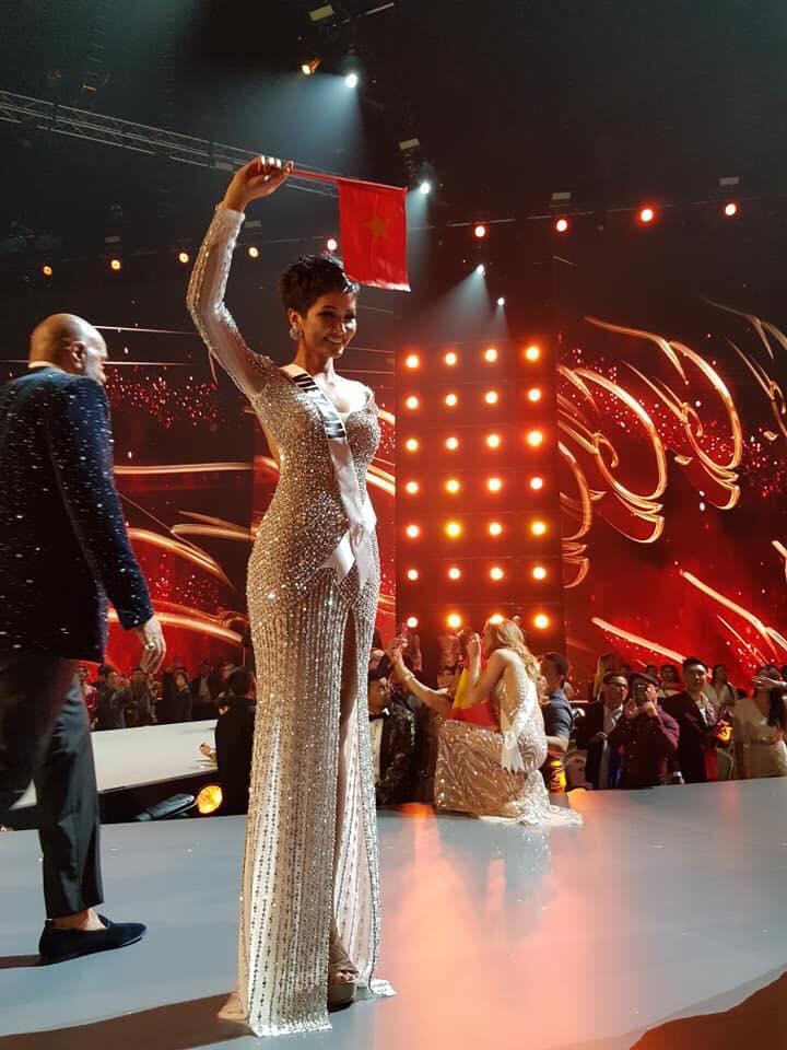 Dàn sao Việt xúc động đến nghẹn ngào khi HHen Niê xác lập kỳ tích tại Miss Universe 2018-2