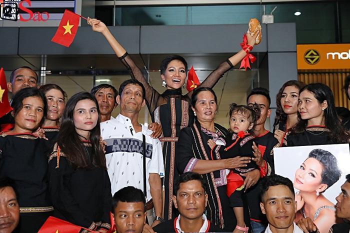 Trở về từ Miss Universe 2018, HHen Niê khóc nức nở khi chứng kiến dân làng Ê Đê chào đón yêu thương-10