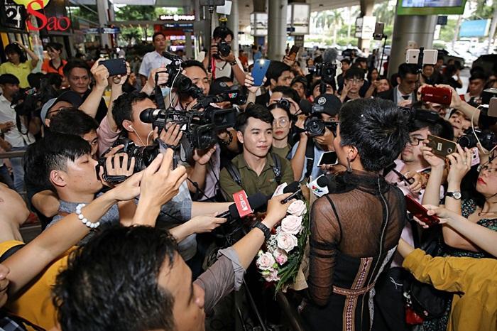 Trở về từ Miss Universe 2018, HHen Niê khóc nức nở khi chứng kiến dân làng Ê Đê chào đón yêu thương-12