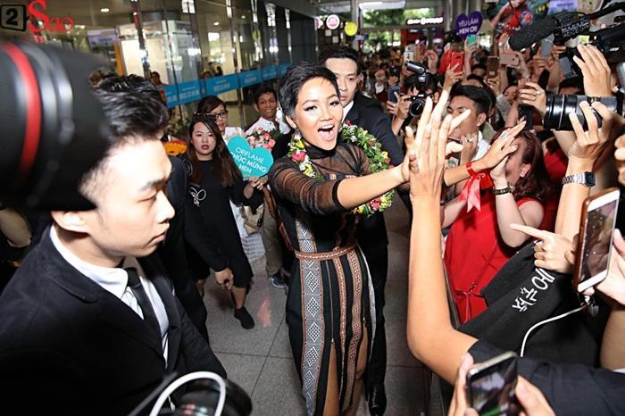 Trở về từ Miss Universe 2018, HHen Niê khóc nức nở khi chứng kiến dân làng Ê Đê chào đón yêu thương-3