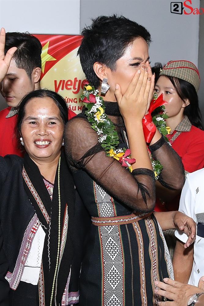 Trở về từ Miss Universe 2018, HHen Niê khóc nức nở khi chứng kiến dân làng Ê Đê chào đón yêu thương-4