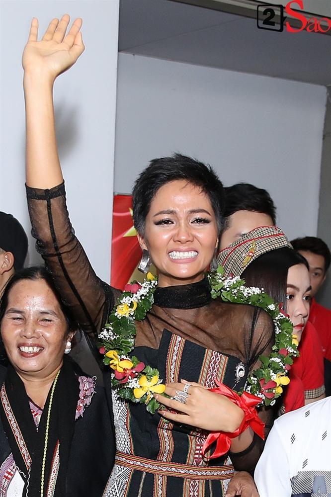 Trở về từ Miss Universe 2018, HHen Niê khóc nức nở khi chứng kiến dân làng Ê Đê chào đón yêu thương-5