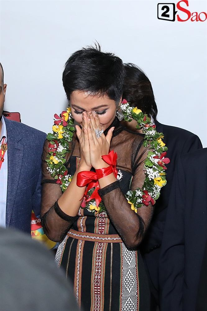 Trở về từ Miss Universe 2018, HHen Niê khóc nức nở khi chứng kiến dân làng Ê Đê chào đón yêu thương-6