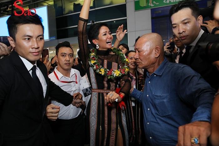 Trở về từ Miss Universe 2018, HHen Niê khóc nức nở khi chứng kiến dân làng Ê Đê chào đón yêu thương-7