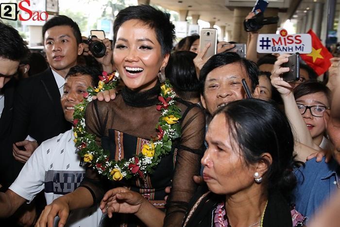 Trở về từ Miss Universe 2018, HHen Niê khóc nức nở khi chứng kiến dân làng Ê Đê chào đón yêu thương-8