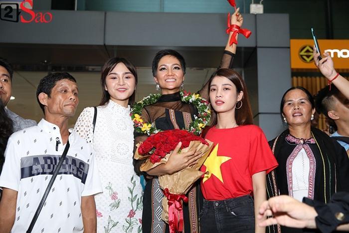 Trở về từ Miss Universe 2018, HHen Niê khóc nức nở khi chứng kiến dân làng Ê Đê chào đón yêu thương-9