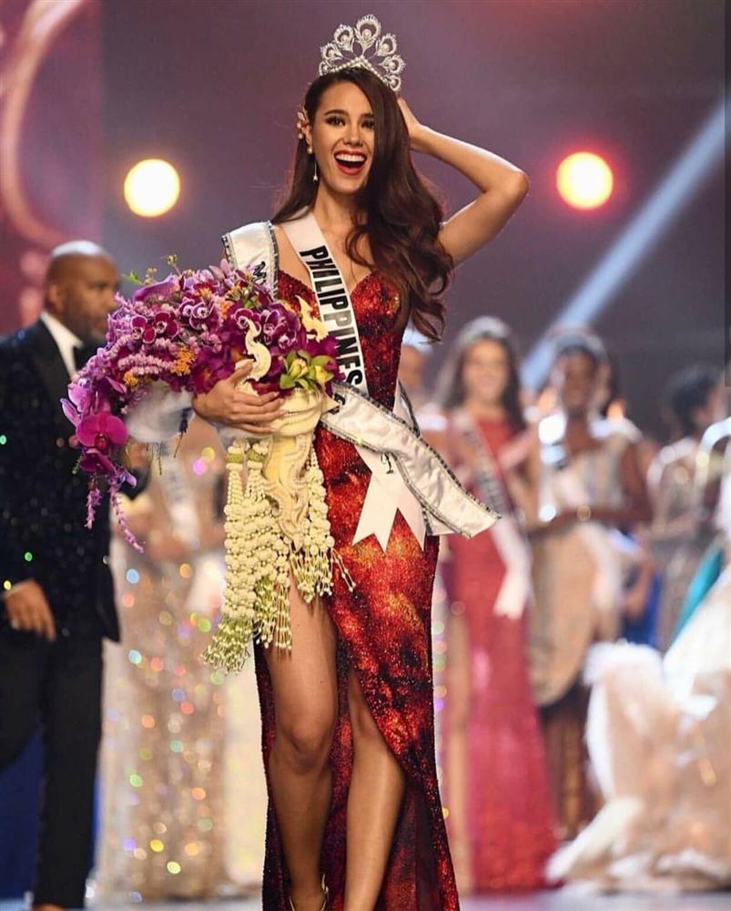 ĐIỀM BÁO: 11 năm trước, mẹ ruột đã mơ thấy Catriona Gray mặc váy đỏ đăng quang Hoa hậu Hoàn vũ-2
