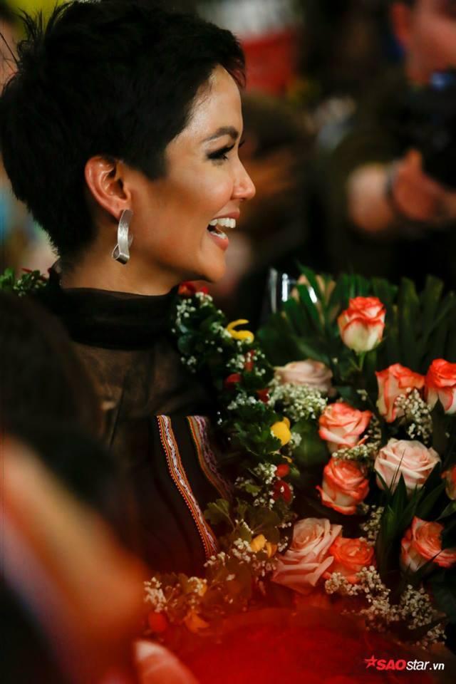 Trở về từ Miss Universe 2018, HHen Niê khóc nức nở khi chứng kiến dân làng Ê Đê chào đón yêu thương-13