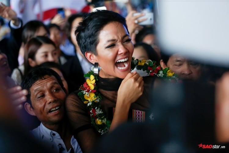 Trở về từ Miss Universe 2018, HHen Niê khóc nức nở khi chứng kiến dân làng Ê Đê chào đón yêu thương-14
