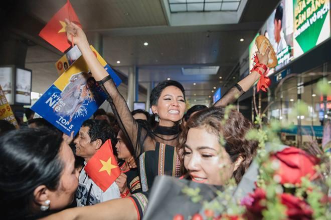 Trở về từ Miss Universe 2018, HHen Niê khóc nức nở khi chứng kiến dân làng Ê Đê chào đón yêu thương-15