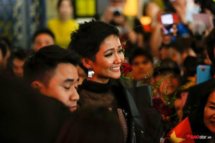 Trở về từ Miss Universe 2018, HHen Niê khóc nức nở khi chứng kiến dân làng Ê Đê chào đón yêu thương-16